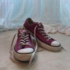 Cute pink low top converse!!